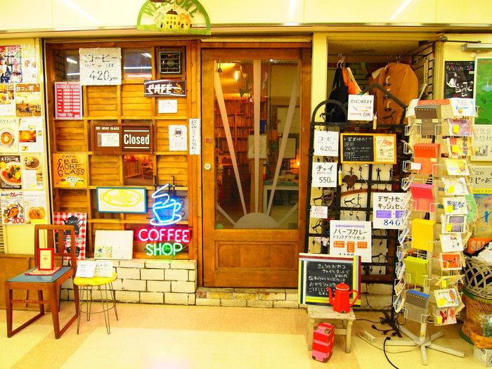 1996年に原宿にオープンした絵本の読める小さな喫茶店シーモアグラス。 賑やかな店構えは入る前からなんだか楽しそう。