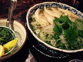 こちらは鶏肉のフォー。 その他にも、ガパオやパクチーラーメンなど、ベトナムの食を堪能することができます。