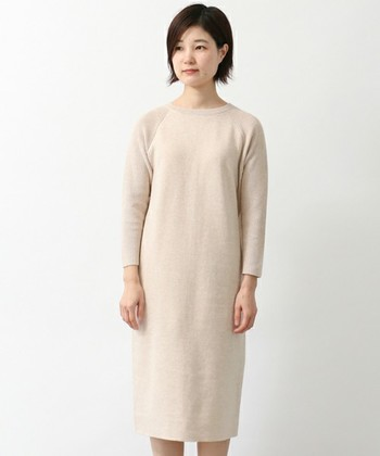 コットンカシミヤと肌触りの良さが特徴的なワンピース。パンツやスカートとのレイヤードはもちろんですが、一枚で着こなしてもおしゃれ。着こなしの幅も広いベーシックデザインが魅力的です。