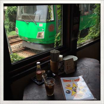 窓のそばに世田谷線の電車がすぐそばに見えます。 電車好きなら線路のある窓際へどうぞ。