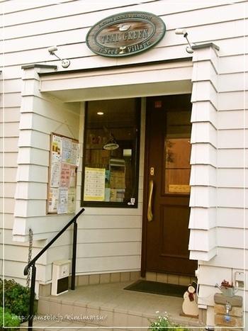 白い一軒家の絵本カフェ。 入り口の絵本コーナーには国内外の選りすぐりの絵本と児童書が並びます。