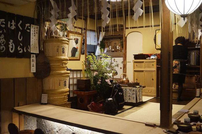 """四条河原町の「志る幸」は、""""汁もの""""が名物の老舗料理店。店構えも店内も、重厚で趣きある雰囲気。 【画像は、能舞台を模したカウンター席。】"""