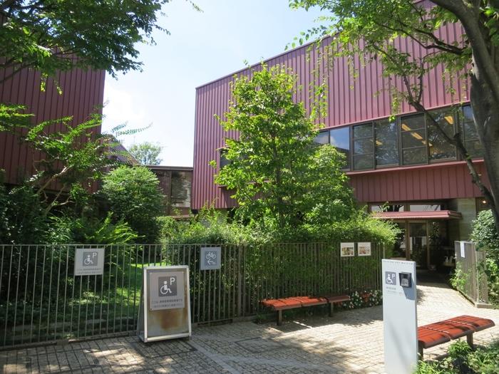 絵本画家のいわさきちひろさんの美術館。 いわさきさんが亡くなるまでの22年間制作活動を行っていた自宅兼アトリエ跡に建てられました。