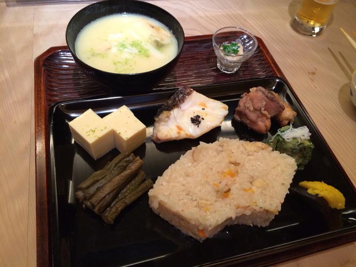 味噌汁の単品、酒の肴にうってつけの一品料理も各種ありますが、気軽に食事と味噌汁を味わうのなら『利休辨當(りきゅうべんとう)』を。好みの汁の他、かやくご飯、卵豆腐、焼き物、香の物が付いています。(汁物の具材によって勘定が変わります)