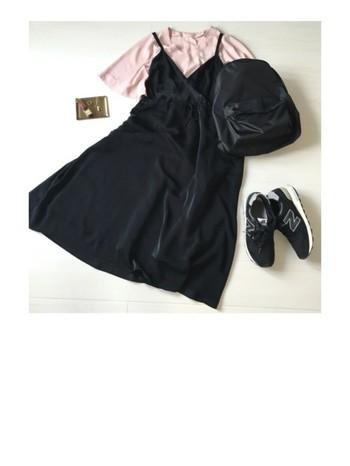 ブラックはどんなスタイルにもマッチしてくれる万能カラー。ガーリーなキャミワンピにもよく似合います。