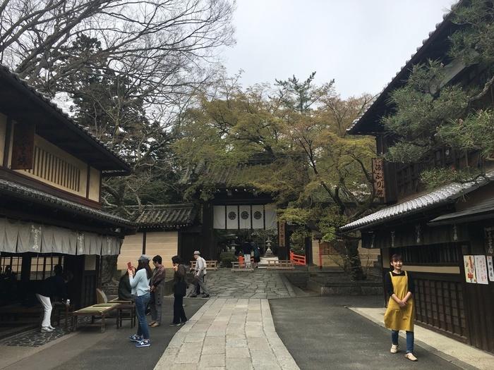 """今宮神社の門前菓子といえば、全国にも知られる""""あぶり餅""""。門前には二軒の老舗が店を構えています。 【画像左側が「かざりや」、右手が「一文字屋和輔」】"""