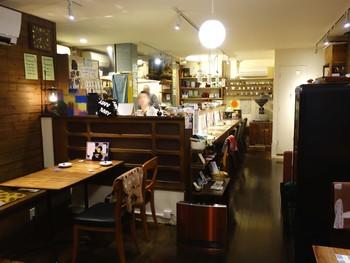 店内はバーのような落ち着いた雰囲気で、ゆったりと過ごせます。