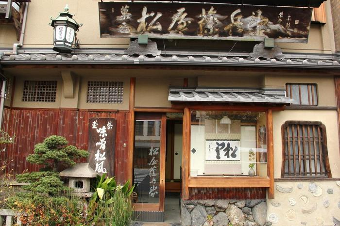 大徳寺門前に店を構える「松屋藤兵衛」も、味噌松風で知られる老舗和菓子店。