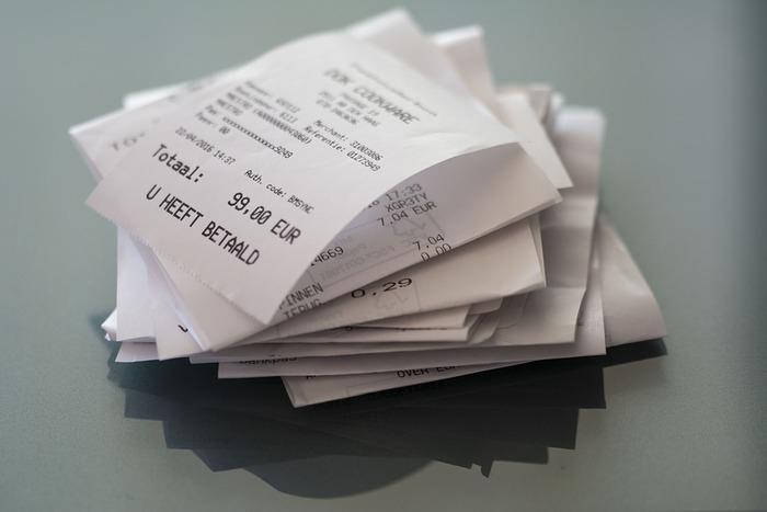 ついつい財布に入れて財布を膨らましてしまうものにレシートがあります。家計簿や収支を把握するためにレシートは重要です。毎日レシートを確認したら財布から出すようにしましょう。 病院の領収書や確定申告に必要な領収書はクリアファイルに入れて保管して必要がなければ廃棄します。お金と一緒にレシートを入れっぱなしにしておくことを避けましょう。
