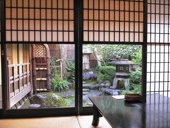 奥座敷からは和風のお庭を眺めることができ、ゆっくりとした時間を過ごせることでしょう。  このお座敷で心を休めることも目的に、近為でお茶漬けをいただいてみてはいかがでしょう。