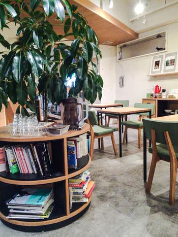 カフェコーナーの机と机の間がとても広くとられていることこのお店の特徴です。お隣の席のお客さんとの距離があってのびのびした開放的な雰囲気は他では得難いですね。 明るい店内はガラス面が多く撮られていることも相まって、ゆったり過ごせます。