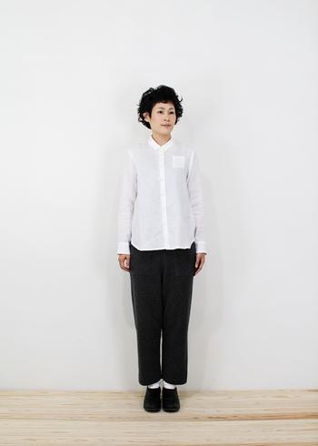 白シャツをメインにキレイめに着こなしたスタイリング。パンツを合わせることでマニッシュな着こなしに。