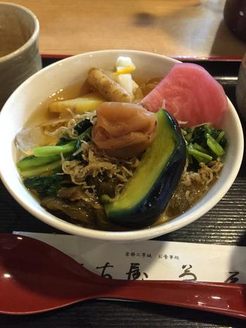京都では、お客さんが長居をしていると「ぶぶ漬けでもいかがどす?」と勧めて、帰ってもらうという作法があるといわれています。はっきり言ってくれない京都人は怖い!というイメージがありませんか?でも、諸説あるもののこれは迷信のようなもの。落語の演目として広まりましたが、現代では実際に言われることはありません。こういった文化から、京の茶漬けは全国的に有名になりました。