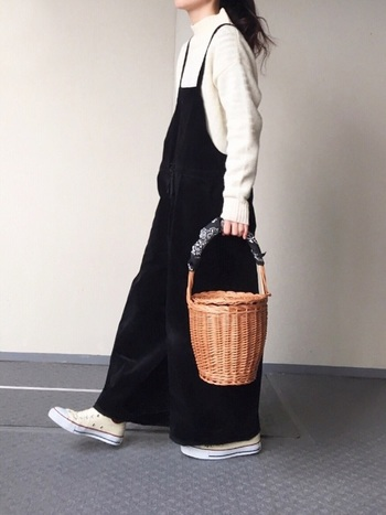 ブラックのサロペットを主役にホワイトニットをあわせた着こなし。白と黒のコントラストで自然にメリハリがつき、アクセントのバッグが引き立ちます。