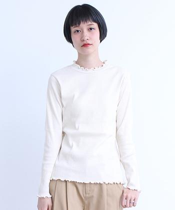 お次は白とベージュと取り入れたスタイル。ヌーディーな色合いなので大人っぽく、上品な雰囲気に。