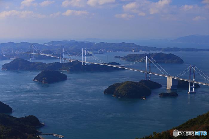 しまなみ海道は本州(尾道)と四国(今治)を結ぶ59.4kmの海の道です。尾道大橋を含め11の橋でつながる島々とその周辺には魅力のスポットがたくさんあります。
