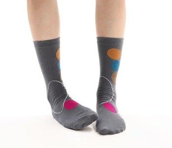 大きなドット柄が目を引くミドル丈の靴下は、ダークグレーがベースなのでコーディネートしやすそうですね。