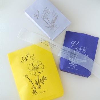 もうすぐ来る春を思わせる綺麗な色の紙袋。可憐な雰囲気に、ドキリとする男性もいるのでは...。