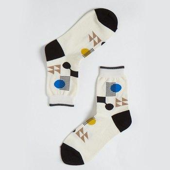 インパクトのあるモダンなデザインの靴下。色のトーンは抑えめなので履きやすそうですね。