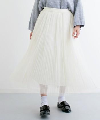今年流行りのチュールスカートはどんなアイテムとも相性抜群。ホワイトを選べばヌケ感づくりも簡単です!