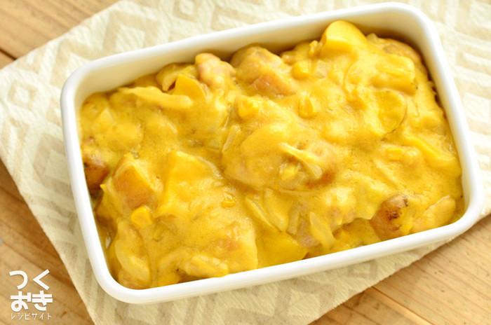 おいしい香りが漂ってきそうな黄色いクリーム煮ですが、こちらはかぼちゃではなく、コーンクリーム缶を使ったレシピです。お肉に火が通りやすいよう工夫すれば20分程度で作ることができ、冷蔵庫で数日は日持ちしますので、たっぷり作っておいて食べたい時にちょこっと添えるのも良いですね♪