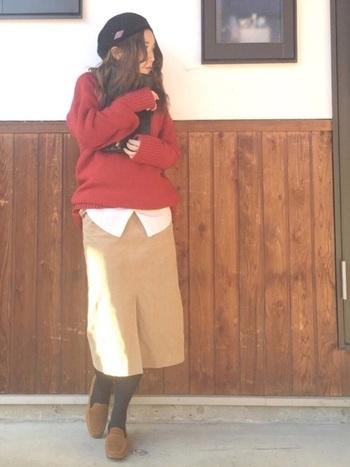 縦のラインを強調するタイトなロングスカートはスタイルアップ効果絶大。スリットが入っているものを選ぶことで、タイトでも動きやすくなるのでおすすめです。 (モデル身長:155cm)