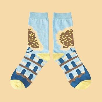 足首から甲にかけて大きな模様が入った靴下は、合わせる靴によって違った表情が楽しめそう。