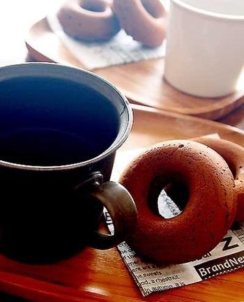 油で揚げないヘルシーなドーナツ。小麦粉、バター、牛乳などは使わず、代わりに米粉、ココナッツオイル、豆乳を使って作る身体に優しいドーナツです。