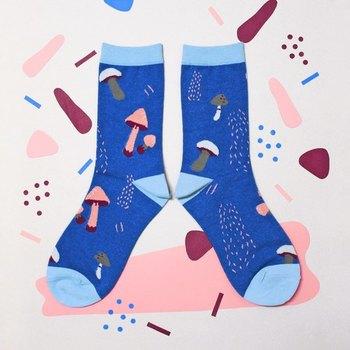 ロンドンでテキスタイルデザインを学んだデザイナーによる靴下は、ポップで大胆なデザイン。 見ているだけで楽しくなるような靴下がたくさんあります。 こちらのキノコ柄がかわいい靴下にも笑ってしまうような楽しさがあります。