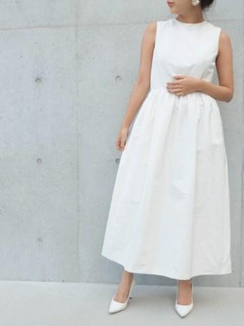おめでたい結婚式にお招きされたら、どんな服を着て行こうかと考えるのも楽しいですよね。 けれど、その服選びにもマナーがあります。 服装のマナーをしっかりと抑えた上で式を楽しみたいですね!