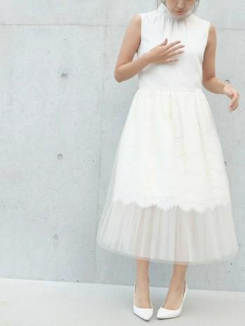 ●白色系のドレス 結婚式において白色使いは花嫁の特権です。。ベージュやピンクであっても、写真に写ると白っぽく見えてしまいそうな色は選ばないようにします。  ●極端に露出度高い服や靴 肩出しだけでなく、ボディーラインが出てしまうミニ丈ドレスやタイトなものも、花嫁より目立ってしまいかねないので避けるのがマナーです。 またサンダルやミュールなどのつま先が見える靴も避けます。 露出度は高くはないけれど、ブーツはカジュアルに見えてしまい、正装にはふさわしくありませんので、気をつけたいですね。