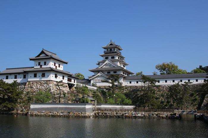 日本三大水城の一つ「今治城」。今治の歴史や街並みの眺望には最適のスポットです。