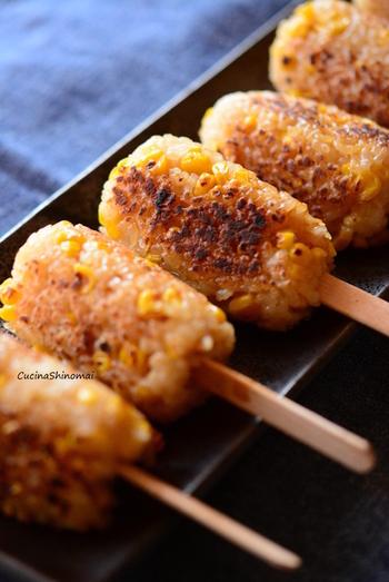 香ばしい醤油の香りが食欲を誘う、お祭りでお馴染みの焼モロコシをおこわで!カリッとした表面と、もっちりとした食感がハフハフっと美味しいおこわです。