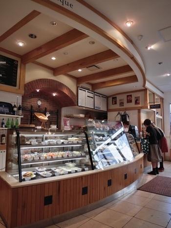 店内は、パリの街角にあるデリカッセンやパン屋、菓子店をイメージし、レジカウンターの壁面にはパンを焼く窯をイメージしたレンガを置き温かみを演出しています。