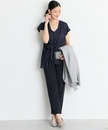 接待などのビジネスの場では、リクルートスーツのような地味な服装は好まれないので、少し華やかなスーツがよいでしょう。 フリルのシャツを選んだり、アクセサリーを使って女性らしさをプラスすると好感度がアップします。 ただし気をつけたいのは、スカートはひざ丈のものを選び、ミニやロングを控えます。 大人らしい上品なワンピースも好まれますし、パンツスタイルも◎ですよ。  また、ヘアスタイルはお食事の席であることを意識して、できるだけまとめている方がいいでしょう。 ショートの方は、髪の毛が落ちたりしないようにスプレーなどで固めておくのも気遣いの一つです。