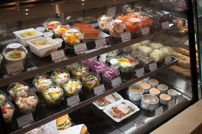 それぞれパッキングされたお惣菜はどれも色鮮やかでワクワクした気持ちにさせてくれます。 有名料理学校プロデュースでありながら、フレンドリーな価格帯なのが嬉しいですね。