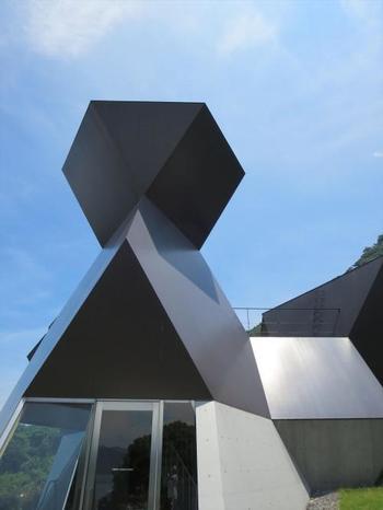 「今治市伊東豊雄建築ミュージアム」。世界的に活躍する建築家・伊東豊雄(いとうとよお)氏による日本初の建築美術館です。