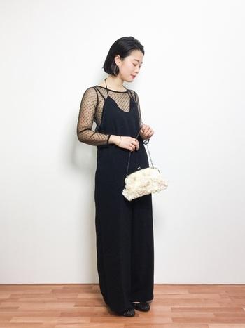 イブニングドレスとは、夕方から夜にかけて開催されるパーティーに参加するときに着用するドレスのことです。 主に音楽会や舞踏会、晩餐会といった華やかな場所で着用されるので、艶のある生地を使った裾が長めのワンピースで、胸元や肩が広く開けられているものを選びます。