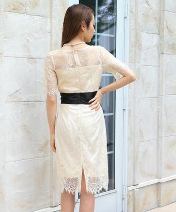 カクテルドレスとは、イブニングドレスを略式にしたようなドレスのことです。カジュアルなカクテルパーティに参加するときに着用することからその名が付けられたとされています。 スカート丈やアクセサリーの使い方などは自由で、ドレスの袖もさまざまありますが、三分か肩出しにするのが一般的とされています。