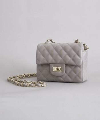 ネックレスやピアス、バッグ、靴などのは華やかな場にふさわしい上品なアクセサリーを選びます。