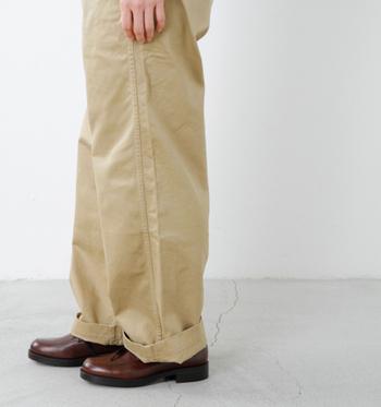 背が低いからフルレングスのパンツは裾上げしないと履けない……というイメージがあるかもしれませんが、背が低めな方がよりルーズ感が出ておしゃれ。さらに、ハイウエストなら脚を長く、バランスよく見せることができます。
