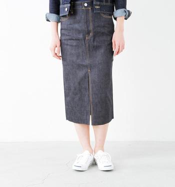 パンツはカジュアルになりすぎるかも……という方には、タイトスカートがおすすめ。こちらもハイウエストで履くことでスタイルアップが叶い、女性らしいコーデに大活躍。