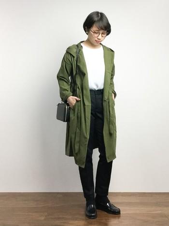 サラッとした質感のモッズコートに、スッキリとしたシルエットのパンツとローファーを合わせてマニッシュな雰囲気に。