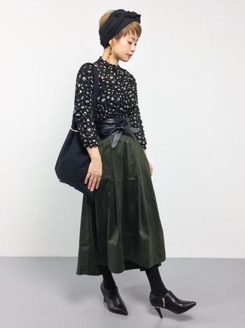ヘアバンドは、気軽にドレスアップできる万能アイテム。黒のヘアバンドはどんなファッションにも合わせやすく、シックな印象にもしてくれます。