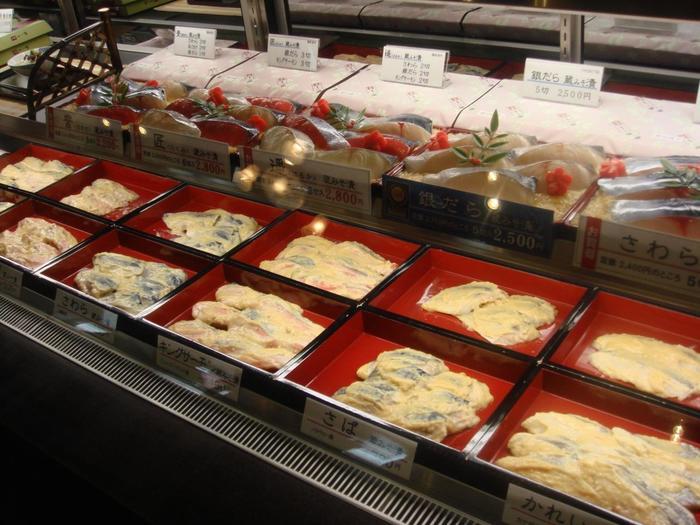 『蔵みそ漬』と呼ぶ西京漬けは、魚・味噌・調味料全ての素材を吟味して、手間暇をかけて漬け込まれた逸品。漬け床に用いる西京味噌は、老舗店で特別に誂えたもの。味噌床は完全無添加、塩分も控え目。漬け込む魚は、全て旬の時期に獲れたもの。漬け床の調味は、魚によって塩梅しています。 店の1階では、様々な魚の西京漬けが販売されています。お土産やお使い物に喜ばれる京都ならではの逸品です。
