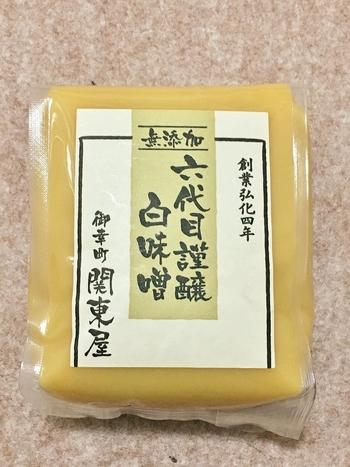 関東屋で購入するのなら、創業以来の製法で作られる白味噌がお勧めです。中でも、素材全てにこだわり抜いた無添加の『六代目謹醸白味噌』は、糀の豊かな芳香が楽しめる逸品です。  関東屋の味噌は、髙島屋京都店B1F「味百選コーナー」、京都駅ビルThe Cube内の富屋でも購入可。(詳細は以下のリンク先へ)