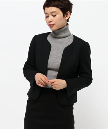 きちんとして見られる王道のコーデはジャケット。でもビジネススーツっぽくなってしまうのは避けたいですよね。そんな悩みを解決してくれるのが、ノーカラーのジャケット。襟がないので首元をすっきり見せてくれ、女性らしいソフトな印象も演出してくれます。
