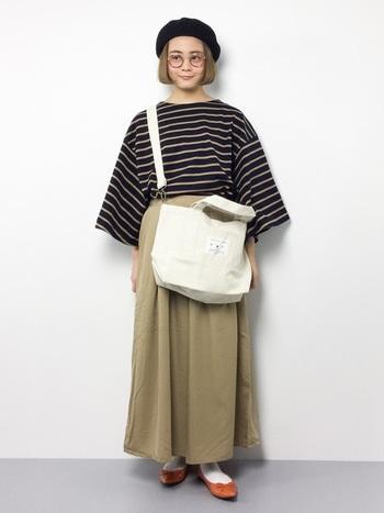 今季トレンドの丸メガネやベレー帽、大きめなトートバッグなどの個性派アイテムを合わせて、いつもの装いと差がつくコーディネートです。