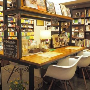 本屋さんだけあって、店内には本がズラリと並んでいます。 絵本の他にも新刊や写真集、雑誌などがそろっているので、読みたい本が見つかるはず。