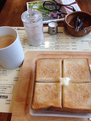 カフェメニューの他、トーストとゆで卵付のモーニングセットもあり。 本を片手に、優雅な朝もいいですよね。